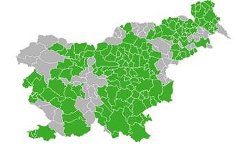 Map of Slovenia with all municipalities (green colour), that have street bins